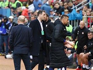 Milan Baroš (vpravo v dlouhém bundě a bílých štulpnách) byl po obdržené brance...