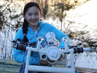 Anna Du se svým robotem, který hledá plasty na mořském dně