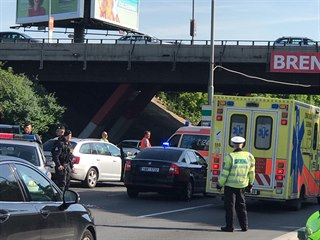 Policisté zadrželi střelbou na Jižní spojce v Praze řidiče mercedesu. (23. 5....