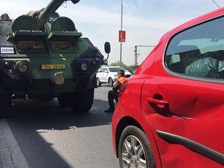 Na Jižní spojce se srazilo auto s vojenskou houfnicí. (24.5.2019)
