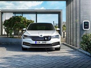Hybridní Škoda Superb - domácí nabíječka