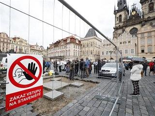 Tým akademického sochaře Petra Váni odkryl na Staroměstském náměstí v Praze...