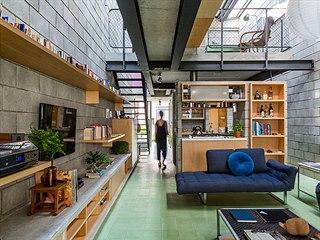 Prostor na jednotlivé zóny člení zejména bloky nábytku, včleněná patra,...
