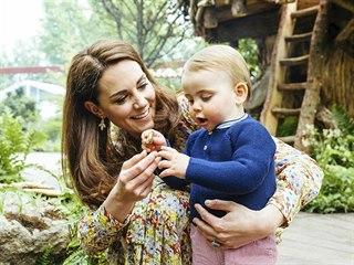Vévodkyně Kate a její syn princ Louis v zahradě, kterou navrhla spolu s Adamem...