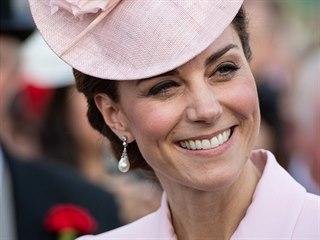 Vévodkyně Kate na zahradní párty v Buckinghamském paláci (Londýn, 21. května...