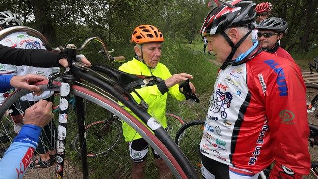 Profesoři Pavel Pafko a Jan Pirk pomáhají radou při opravě vysokého kola po pádu na železničním přejezdu u Lipné nedaleko Hazlova.
