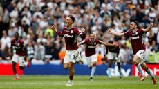 Jack Grealish (vlevo) a John McGinn z Aston Villy oslavují postup do Premier...