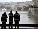 Záchranné složky prohledávají Dunaj. Pátrají po obětech nehody, během níž se na...