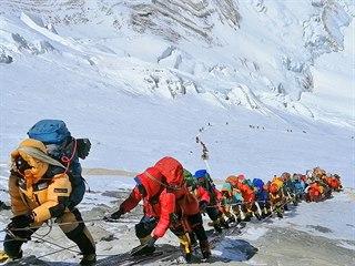 Na Everestu se kvůli ideálnímu počasí sešly stovky horolezců. (22. května 2019)