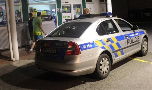 Lupič v kukle přepadl čerpací stanici za Plzní. Pátrá po něm policie