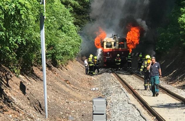 Na trati Jinonice - Stodůlky hoří vlak. Cestující vystoupili včas