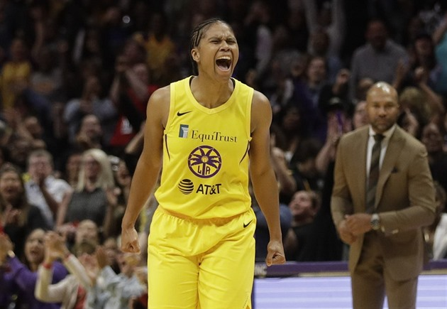 Riquna Williamsová z Los Angeles Sparks se raduje.