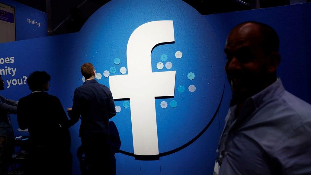 Peníze zdarma. Facebook zaplavují podvodné reklamy, zneužívají tváře celebrit