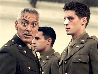 Na nabídku zfilmovat Hlavu XXII George Clooney nekývl hned. Kromě aktuálnosti...
