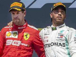 Vítězný Lewis Hamilton (vpravo) utěšuje druhého Sebastiana Vettela po Velké...