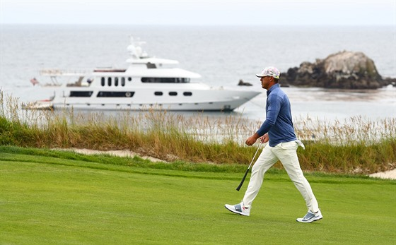 Brooks Koepka v prvním kole US Open v kalifornském Pebble Beach