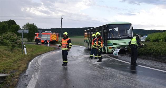 Řidič autobusu na mokré silnici narazil do středu kruhového objezdu