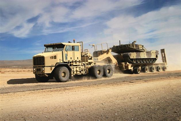 Američané kupují těžké vojenské tahače pro přesun tanků po Evropě