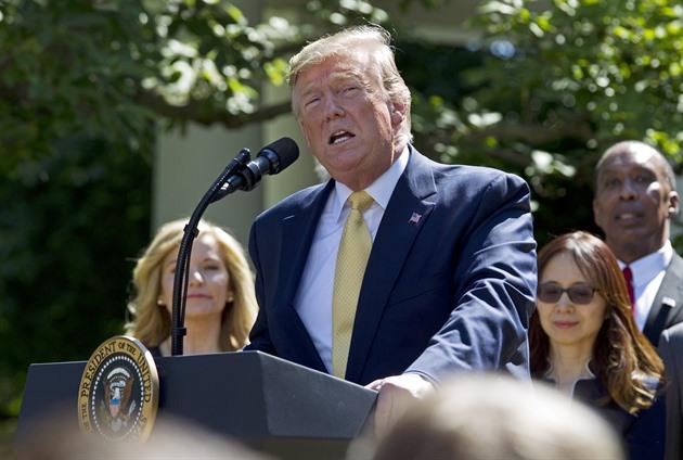 Jestli mě nezvolí znovu, trh se zřítí jako nikdy předtím, tvrdí Trump