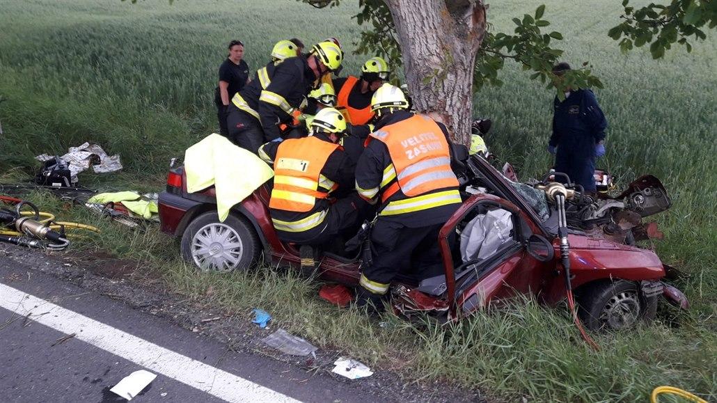 Mladý řidič zemřel při noční nehodě na Chebsku, zřejmě nezvládl řízení