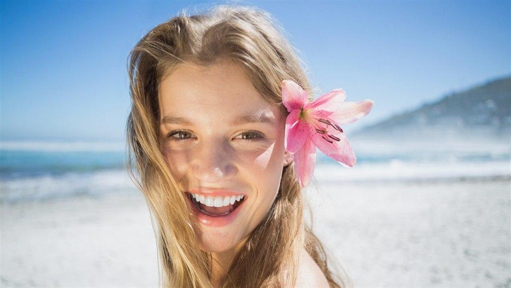 Slunce vlasům neprospívá. Chraňte barvu a přehazujte pěšinku