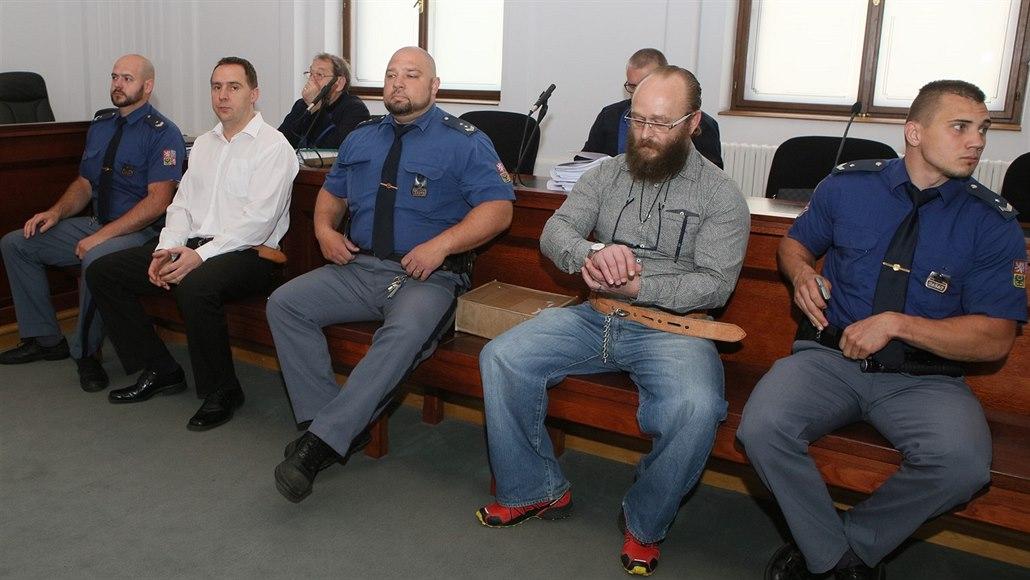 Muže souzené za usmýkání mladíka za autem pustili z vazby na svobodu