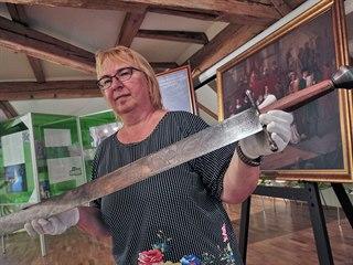 Kurátorka výstavy Miluše Kobesová s mečem z počátku 17. století, který údajně...