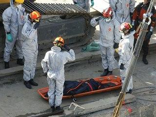 Záchranáři vyzvedávají z vraku výletní lodi oběti nehody. (11. června 2019)