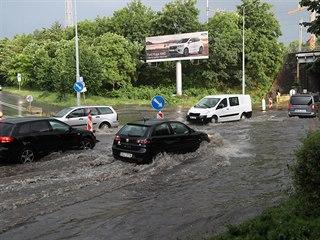 Blesková středeční záplava zaskočila řidiče na pražském Bohdalci. (12. června...