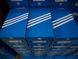 Krabice obuvi německé značky Adidas čekají na zákazníky v obchodu v švýcarském...