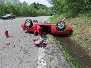 Červený kabriolet skončil koly vzhůru.