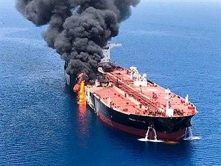 Hořící tanker v Ománském zálivu (13. června 2019)