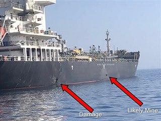 Americké námořnictvo zveřejnilo snímek, na kterém jsou vyznačeny poškozené...