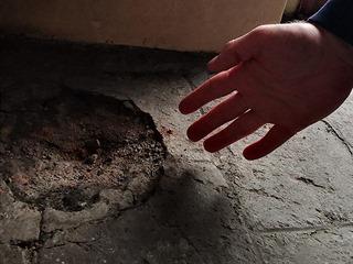 Stopy po výbuchu granátu, který podle dostupných indícií smrtelně zranil Jana...