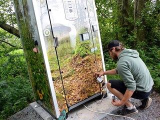 Chytrý záchod montovala dodavatelská firma v lese poprvé.