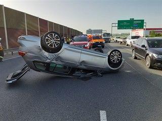 Po nehodě nákladního a tří osobních vozů na D1 před Prahou se vytvořila 18...