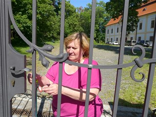 Když jdou turisté do muzea v Chotěboři, musí u brány zámku čekat na průvodkyni,...