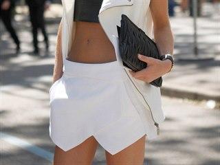 Španělská fashion bloggerka Zina Charkoplia sladila svůj outfit do černo-bílé...