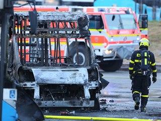 Celkem dvanáct zaparkovaných autobusů poškodil požár v garážích Dopravního...