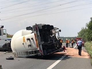 Dálnici D10 před Prahou zablokovala nehoda tahače, který po nárazu do svodidel...