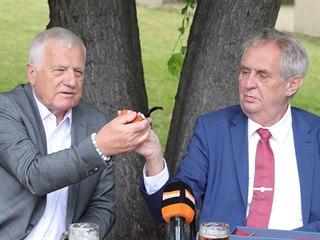 Nekuřák Václav Klaus přebírá od kuřáka Miloše Zemana jako dárek k 78....