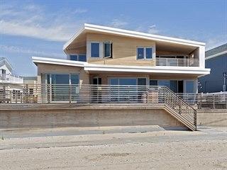Střecha domu připomíná tvarem surfovací prkno.