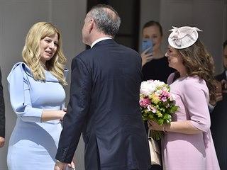 Nová slovenská prezidentka Zuzana Čaputová (vlevo) přebírá Prezidentský palác...