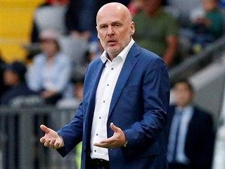 Trenér Kazachstánu Michal Bílek sleduje své svěřence v zápase se San Marinem.