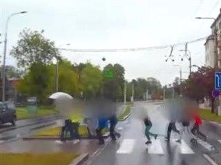 Záchranáři dávají přednost dětem, které se učitelka rozhodla převést před...