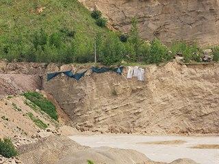 V pískovně u Ondratic na Prostějovsku překrývají plachty místo s norami, ve...