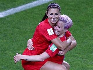 Americké fotbalistky Megan Rapinoeová (vpravo) a Alex Morganová slaví gól.