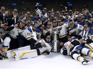 Hokejisté St. Louis Blues se fotí se Stanley Cupem.