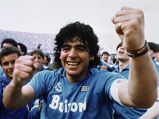 Diego Armando Maradona se s neapolskými fanoušky raduje z italského titulu v...