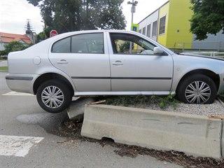 Šofér, který uvázl s autem  na středovém ostrůvku, nadýchal kolem tří promile...